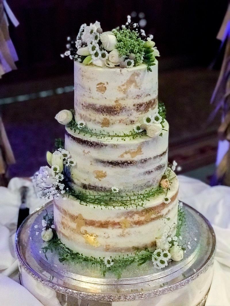 14-bolo-de-casamento-rustico-com-detalhes-em-dourado-e-verde-naked-cake