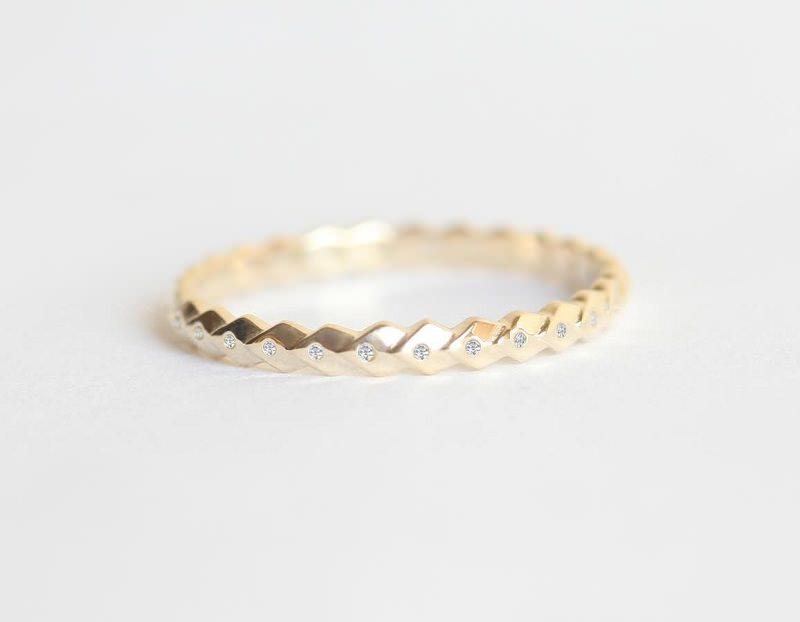 2-alianca-de-casamento-desenhada-de-ouro