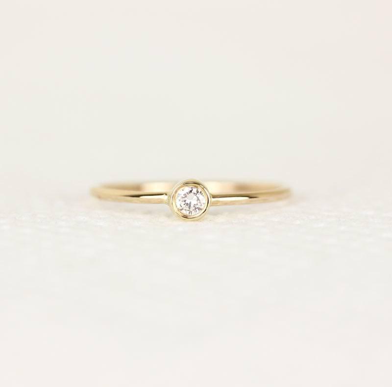 9-alianca-de-casamento-fininha-com-diamante-central