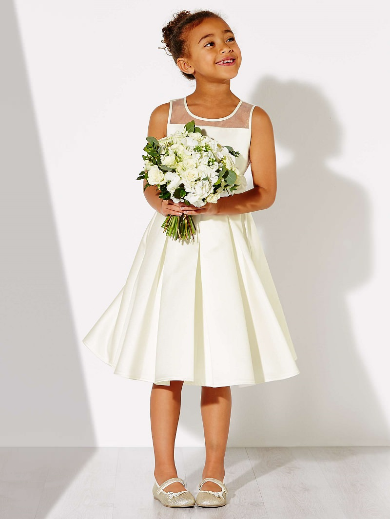 2-dama-de-honra-com-vestido-branco-e-buque-quem-paga-pelo-vestido-da-dama-de-honra