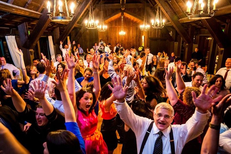 pessoas-dancando-festa-de-casamento