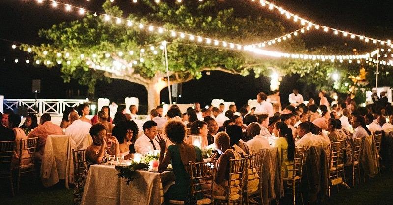 recepcao-de-casamento-convidados-sentados-apreciando-musica