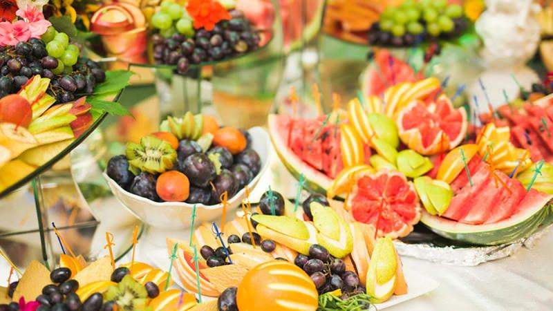 mesa-de-frutas-opcao-para-casamento-matinal-acompanha-buffet-de-tapiocas