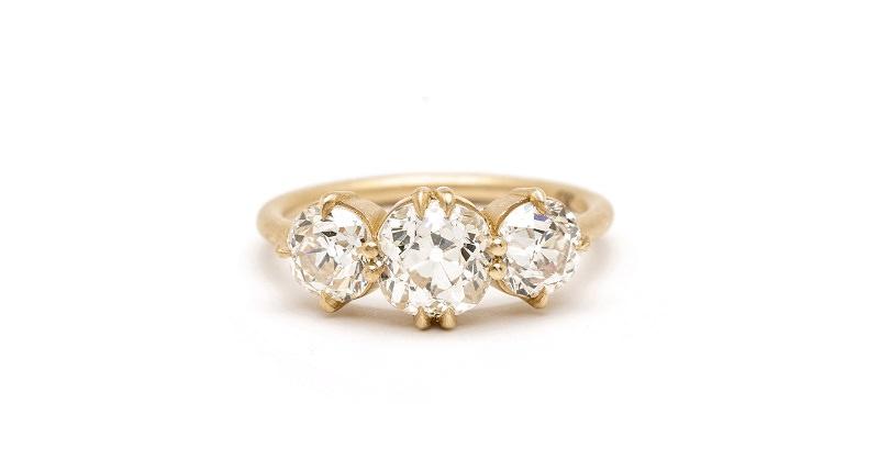 10-anel-de-noivado-com-tres-brilhantes-centrais