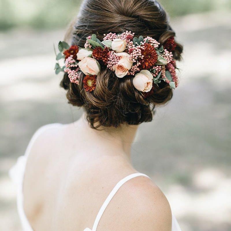11-penteado-de-casamento-com-flores-naturais-cabelo-preso
