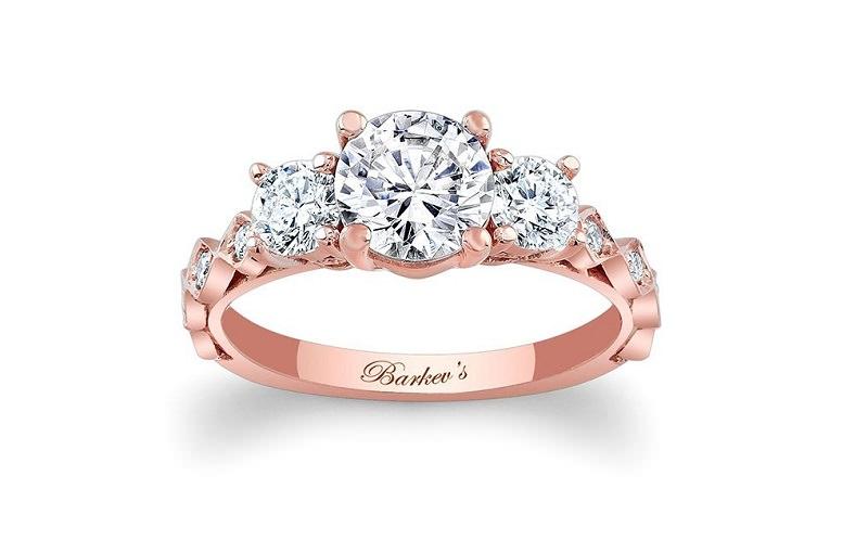 12-anel-de-noivado-de-ouro-rosa-com-tres-pedras-centrais-e-pedras-menores-nas-laterais