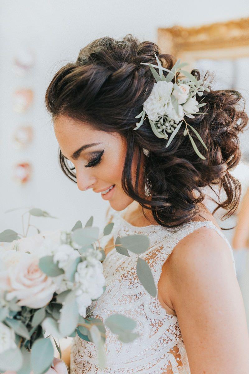 13-penteado-para-morenas-com-flores-naturais-noiva
