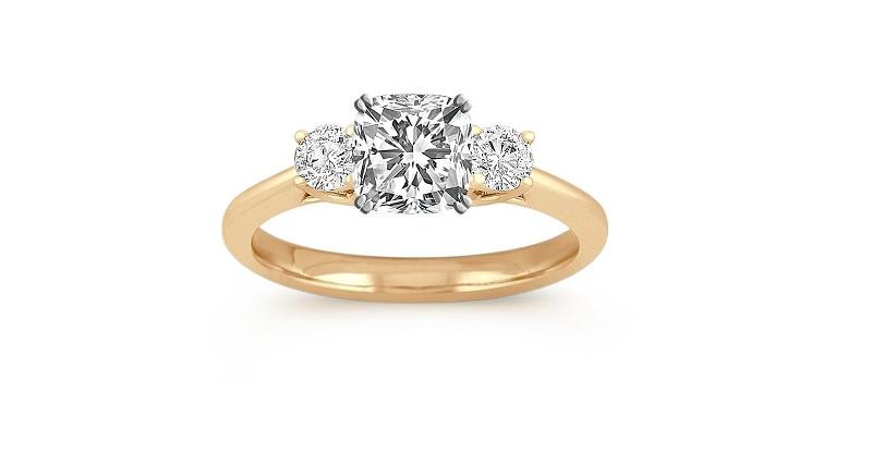 15-anel-de-ouro-amarelo-com-tres-diamantes-dois-brilhantes-e-um-princess