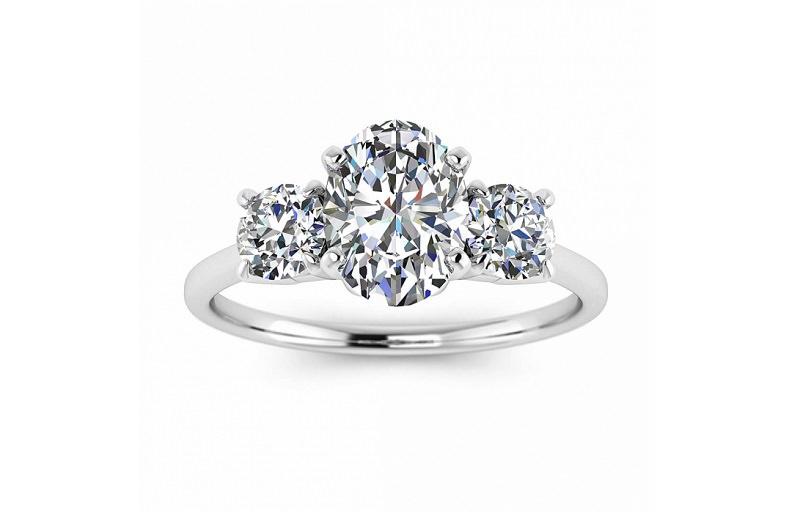 16-anel-de-com-tres-diamantes-centrais-oval-e-redondos-brilhantes
