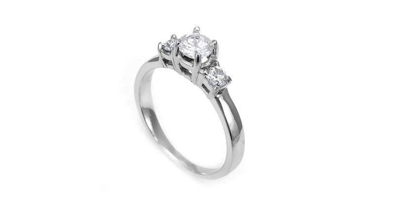 9-anel-de-noivado-delicado-com-tres-pedras-centrais