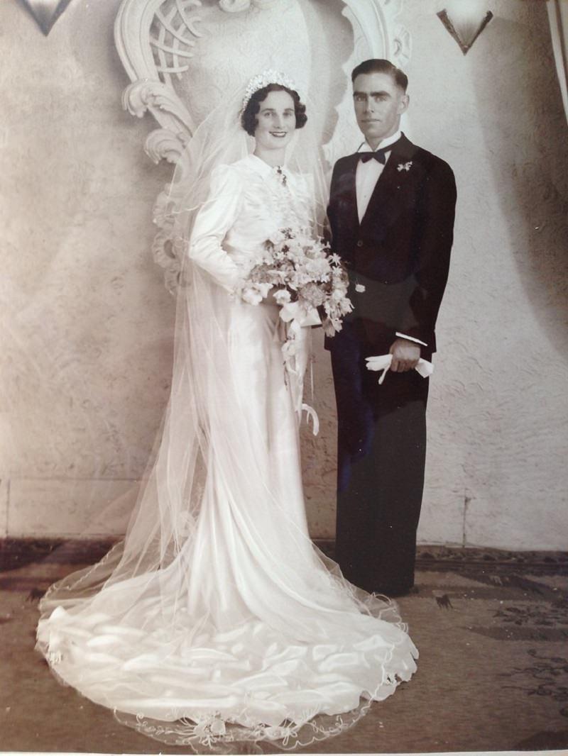 1940-foto-de-casamento-detalhe-buque-vintage